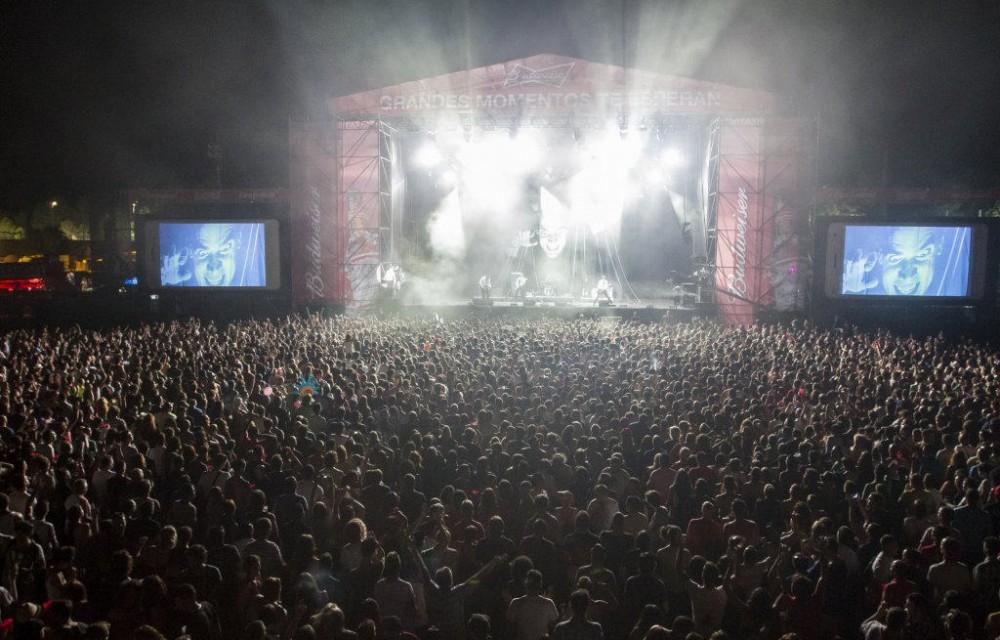 costa blanca low festival escenario y espectadores de noche