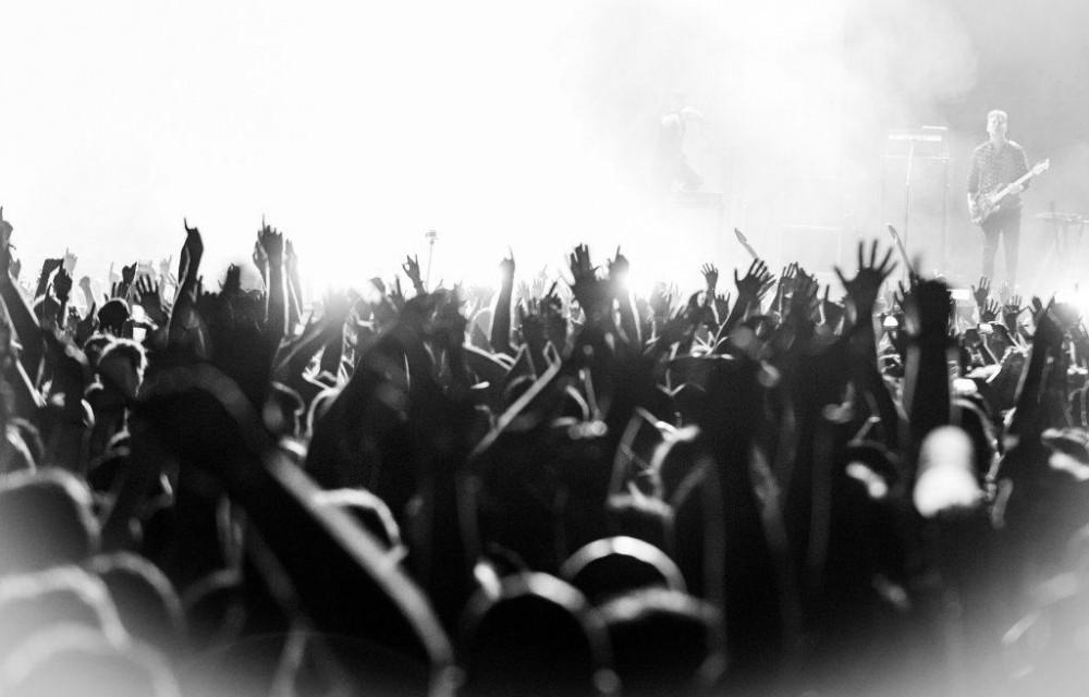 costa blanca low festival manos arriba de espectadores