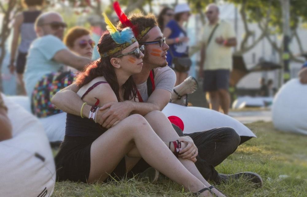 costa blanca low festival pareja abrazados
