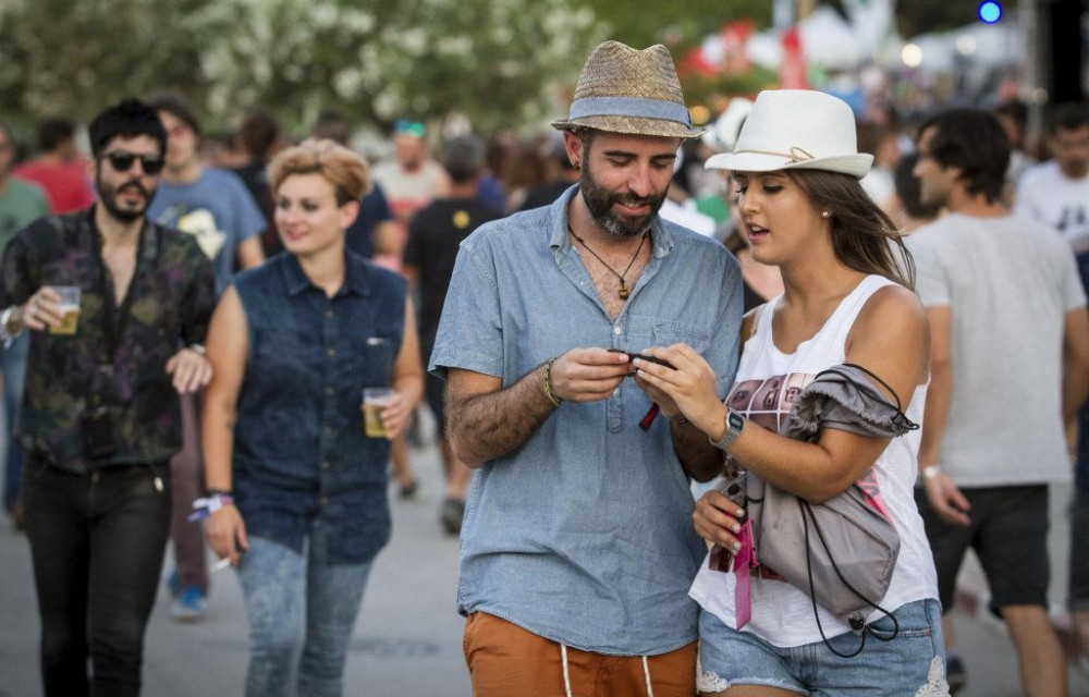 costa blanca low festival pareja caminando