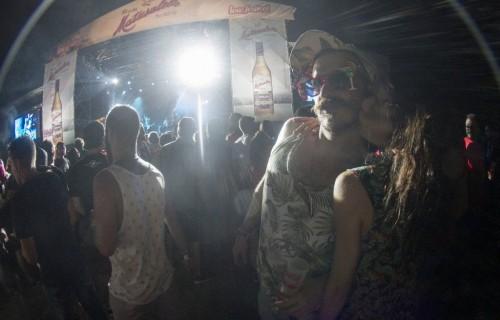 costa blanca low festival pareja cerca de escenario