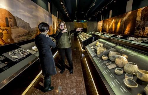 COSTA BLANCA ALICANTE Museo MARQ enseñando el museo