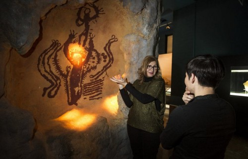 COSTA BLANCA ALICANTE Museo MARQ guia mostrando una pieza de museo