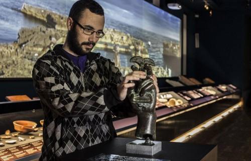 COSTA BLANCA ALICANTE Museo MARQ visitante que coge una pieza