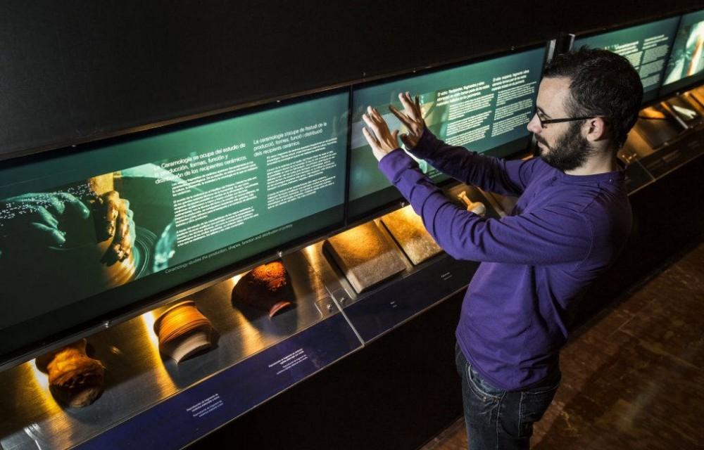 costa blanca marq visitante en el museo