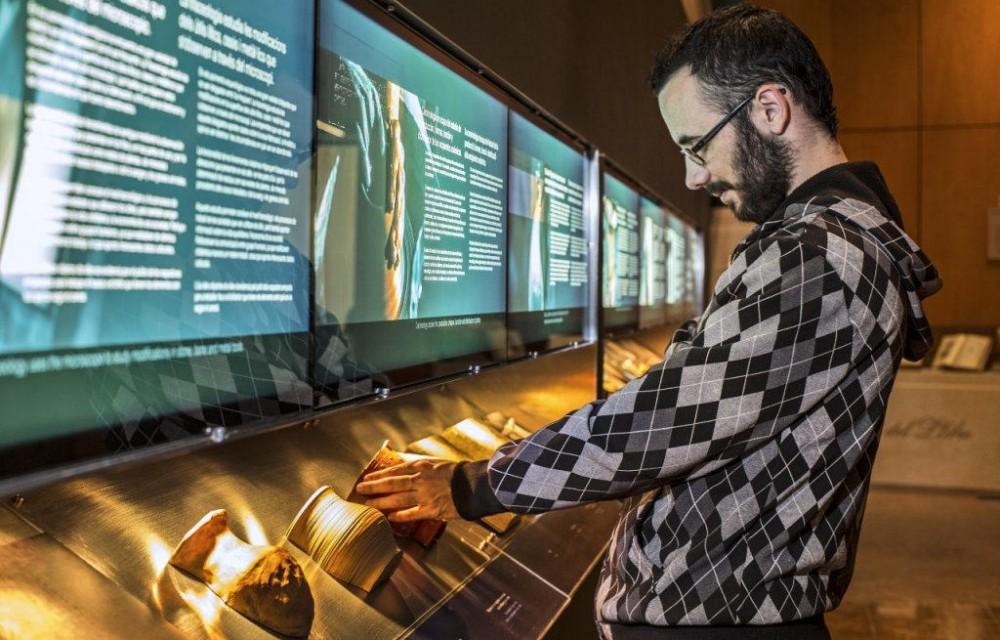 costa blanca marq visitante mirando objetos del museo