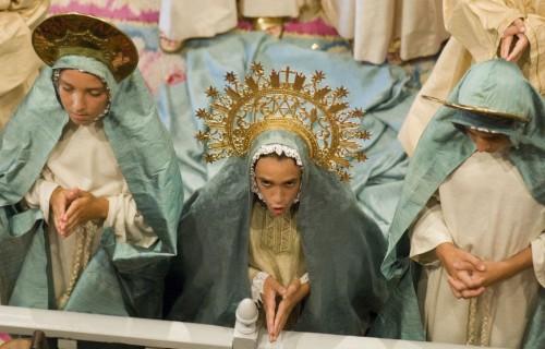 COSTA BLANCA MISTERIO DE ELCHE niño vestido y que reza