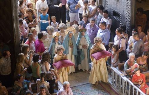 COSTA BLANCA MISTERIO DE ELCHE niños entran en la iglesia