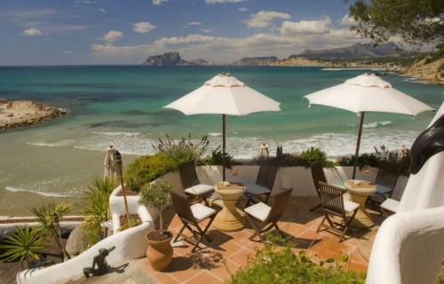 costa blanca moraira terraza relajante en la orilla del mar