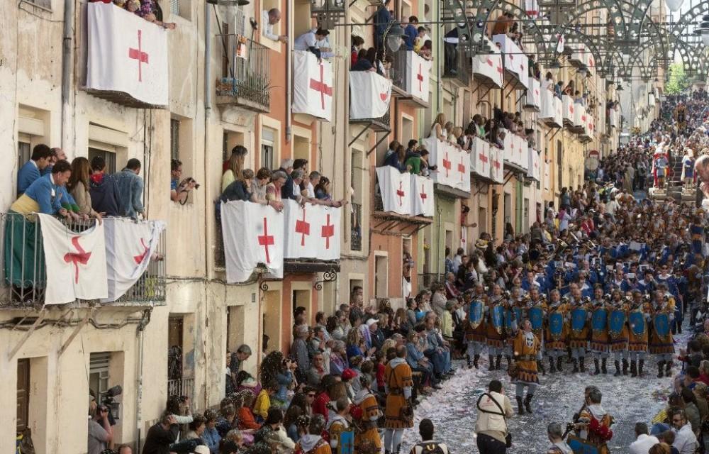costa blanca moros y cristianos tradicion de alcoy balcones repletos