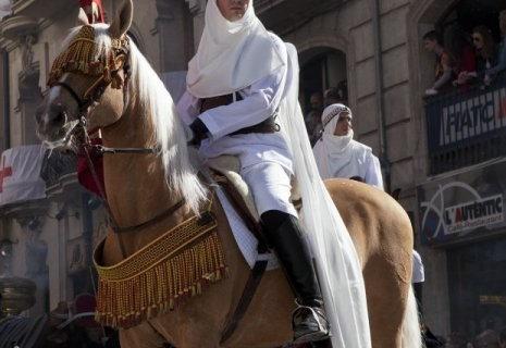COSTA BLANCA MOROS Y CRISTIANOS caballo en la calle