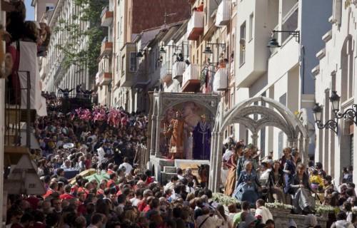 COSTA BLANCA MOROS Y CRISTIANOS calle llena de gente