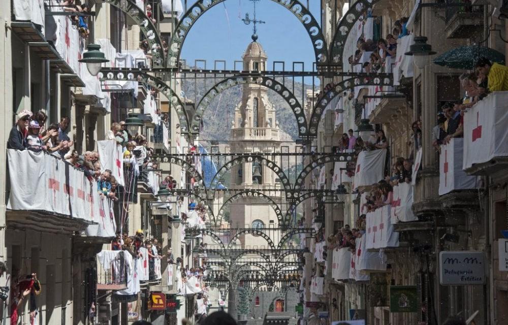 costa blanca moros y cristianos tradicion de alcoy calle principal decorada