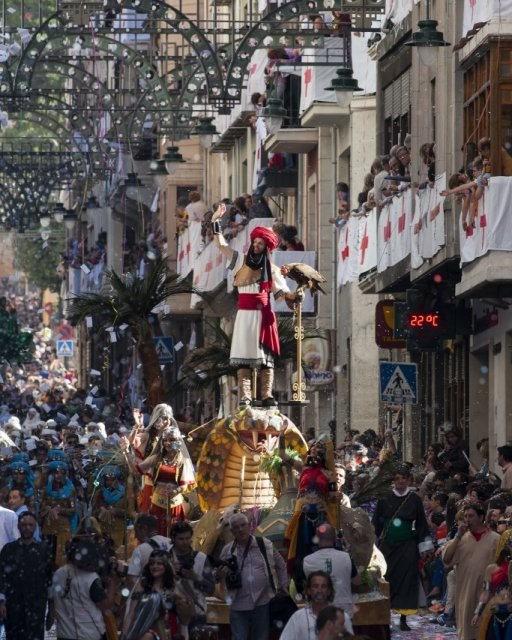 costa blanca moros y cristianos tradicion de alcoy desfile de figuras