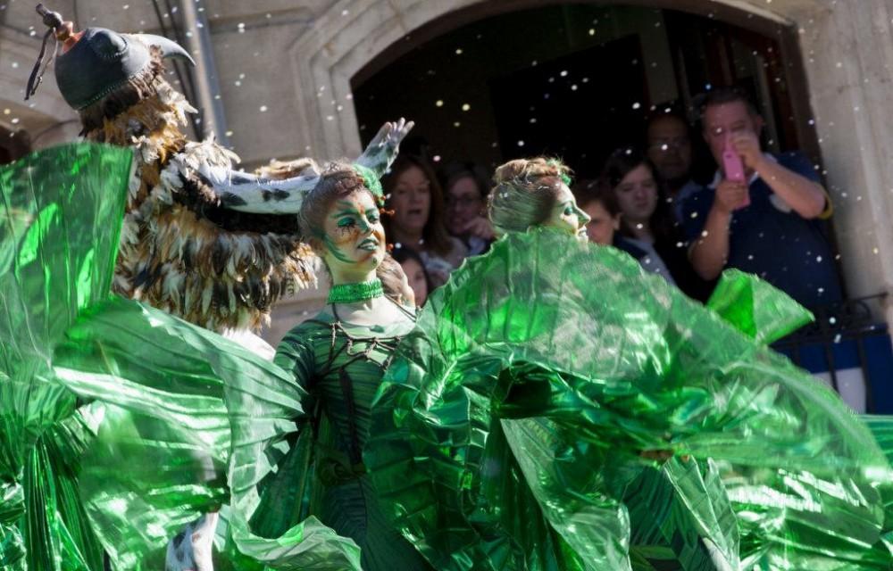 costa blanca moros y cristianos tradicion de alcoy disfrazados de verde