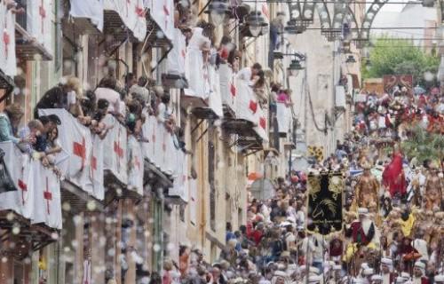 COSTA BLANCA MOROS Y CRISTIANOS multitud de personas