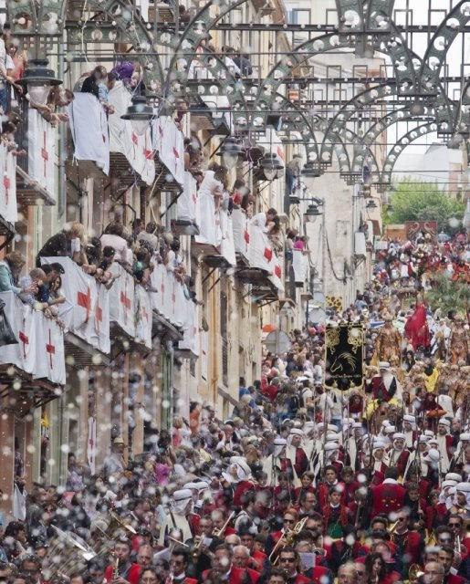 costa blanca moros y cristianos tradicion de alcoy multitud de gente