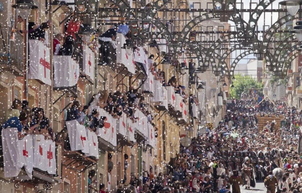 costa blanca moros y cristianos tradicion de alcoy papeles por los balcones