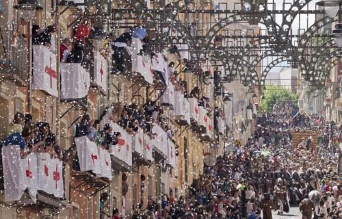 COSTA BLANCA MOROS Y CRISTIANOS papeles entre los balcones