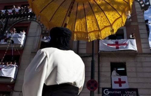 COSTA BLANCA MOROS Y CRISTIANOS participante con un paraguas