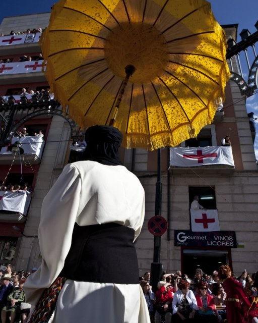 costa blanca moros y cristianos tradicion de alcoy participante con paraguas