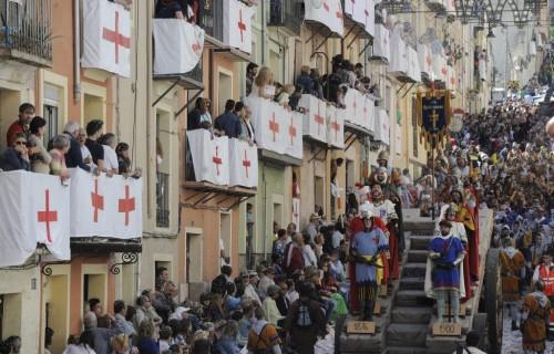 COSTA BLANCA MOROS Y CRISTIANOS riada de gente en la calle