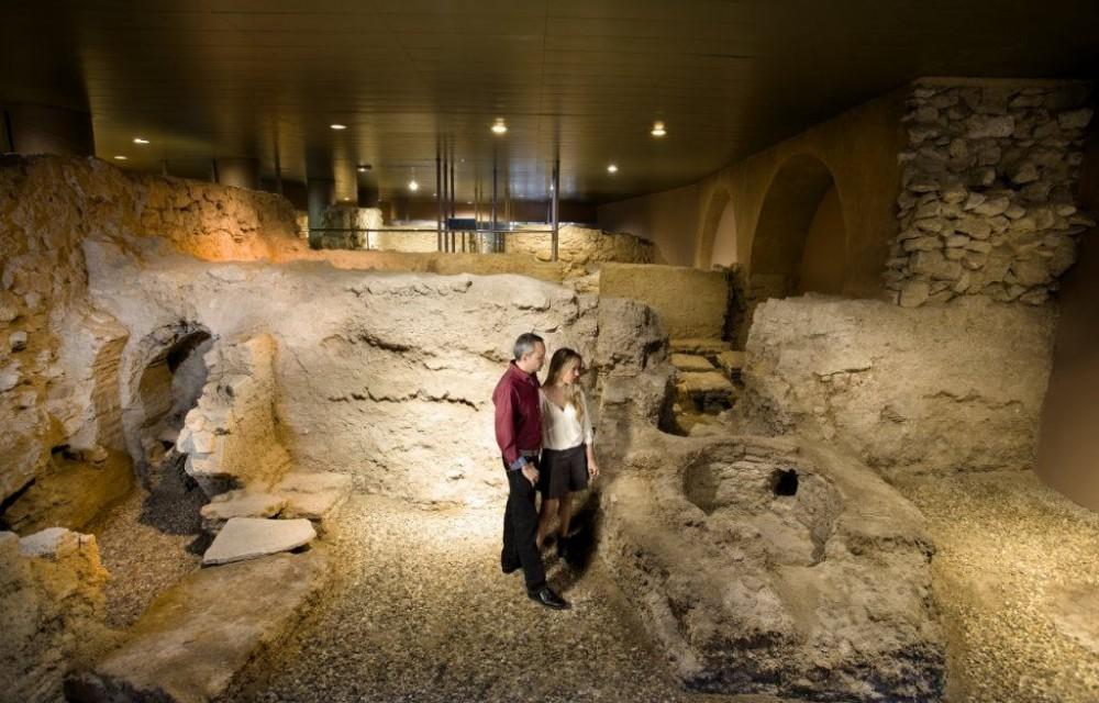 costa blanca museo muralla orihuela pareja en el museo