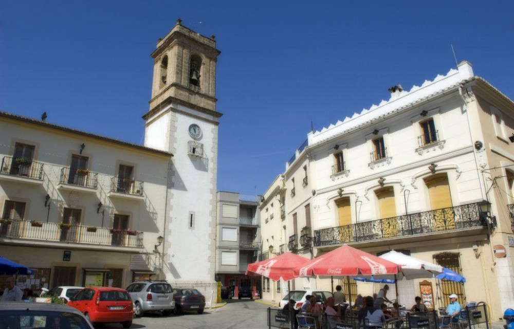 costa blanca orba plaza de la iglesia soleada