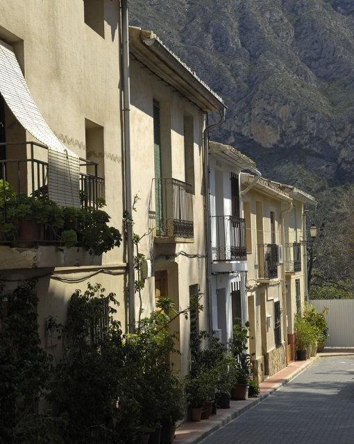 costa blanca orxeta calle con flores del pueblo