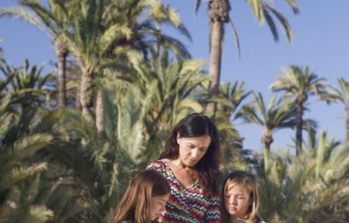 costa blanca palmeral elche madre e hijas leyendo en parque
