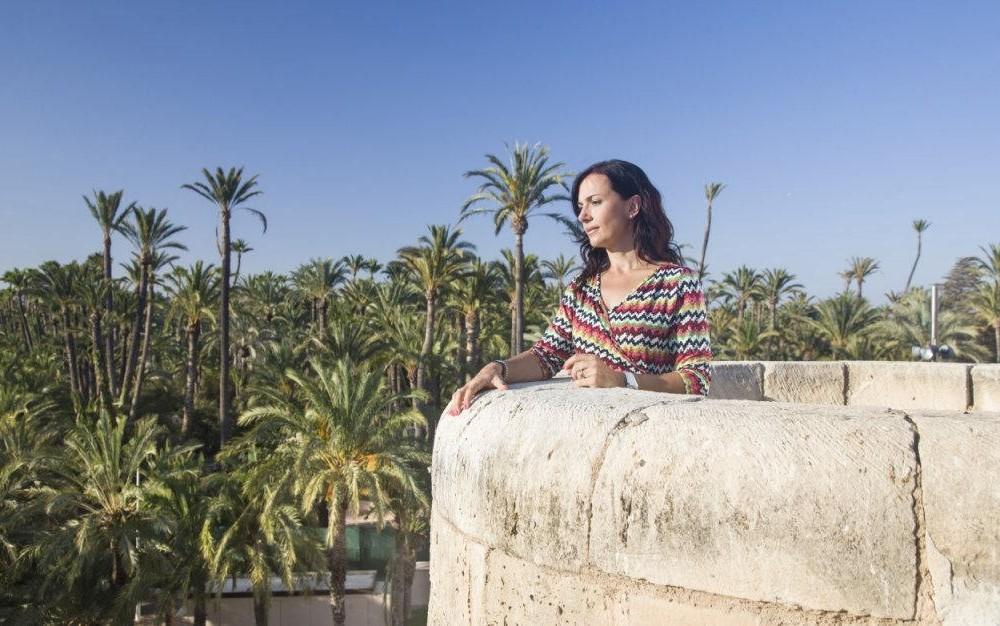 costa blanca palmeral elche mujer mirando las palmeras