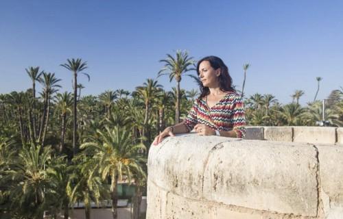 COSTA BLANCA PALMERAL ELCHE mujer mira el parque