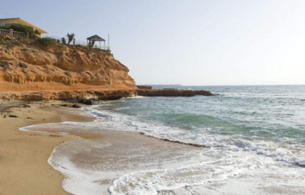 costa blanca pilar de la horadada cala rocamar olas y orilla