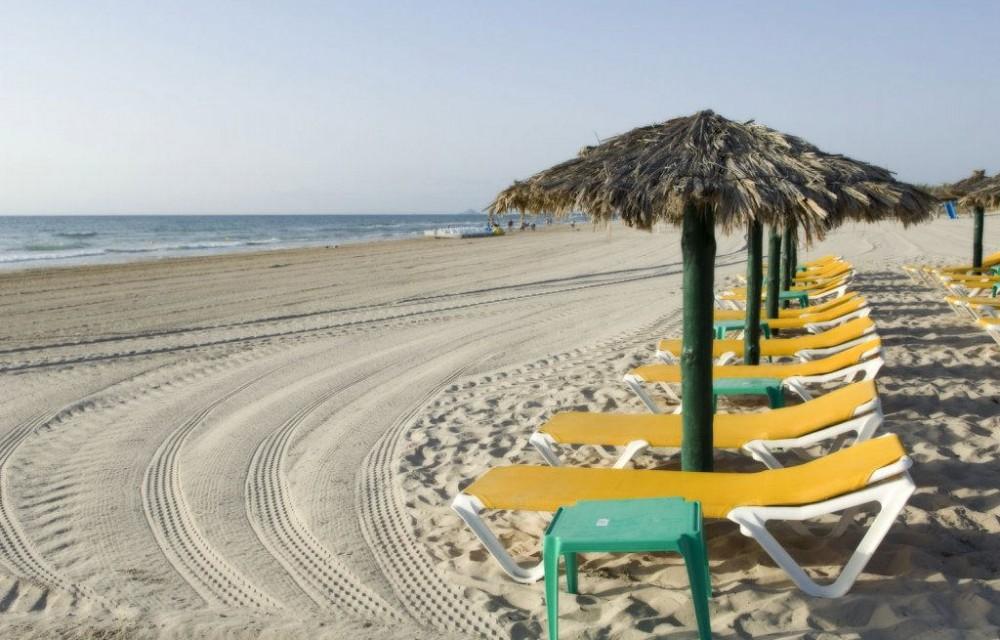 costa blanca pilar de la horadada tumbonas y sombrillas en playa