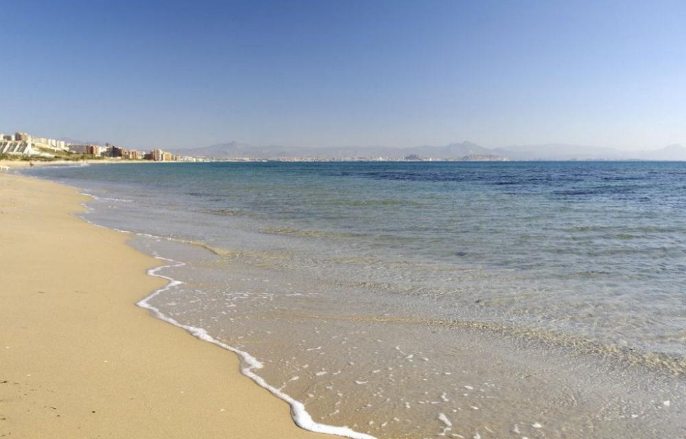 costa blanca playa arenales elche orilla del mar tranquila y calma
