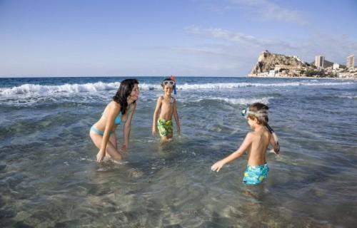 costa blanca playa benidorm madre y ninos jugando en el agua