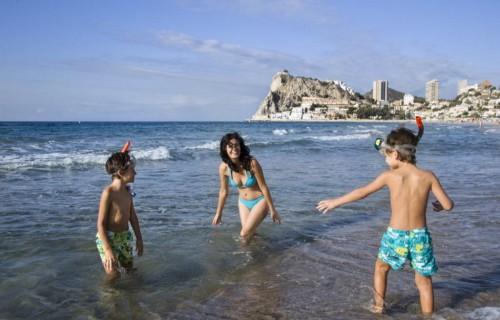 costa blanca playa benidorm madre y ninos jugando en la orilla