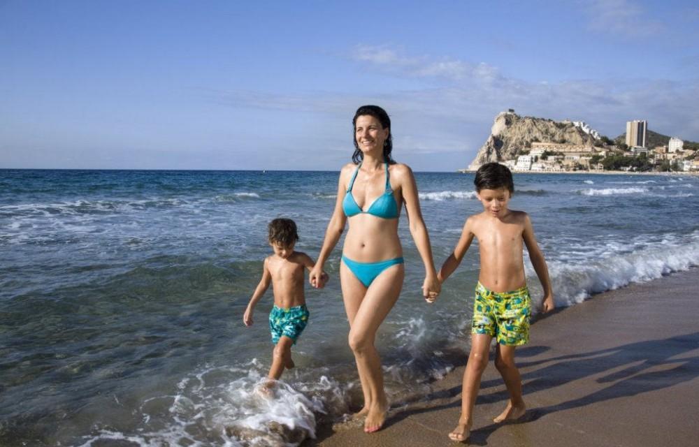costa blanca playa benidorm madre y ninos paseando por la orilla