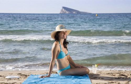 costa blanca playa benidorm mujer en la orilla del mar