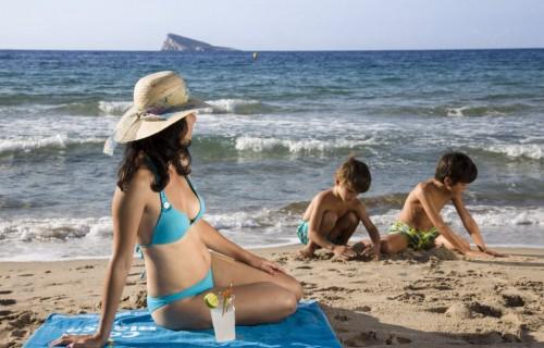 costa blanca playa benidorm mujer orilla con bebida y ninos