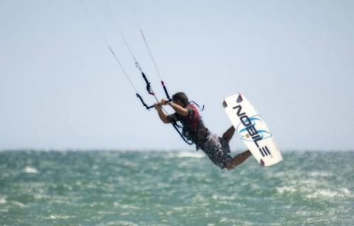 costa blanca santa pola hombre haciendo kitesurf diversion