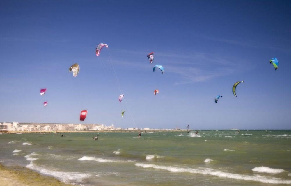 costa blanca santa pola personas haciendo kitesurf