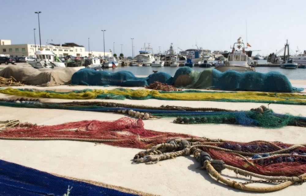 costa blanca santa pola puerto con redes y barcos