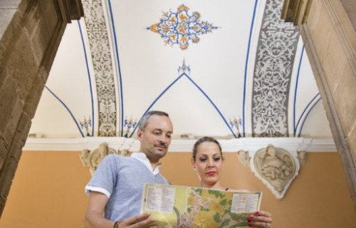 costa blanca santo domingo orihuela pareja mirando mapa