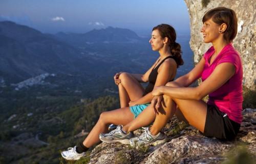 COSTA BLANCA SENDERISMO amigas en lo alto de la montaña al atardecer