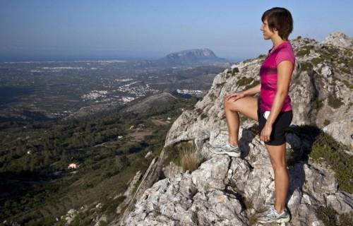 COSTA BLANCA SENDERISMO mujer en la cima de la montaña