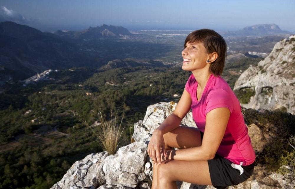 costa blanca senderismo mujer en lo alto del monte