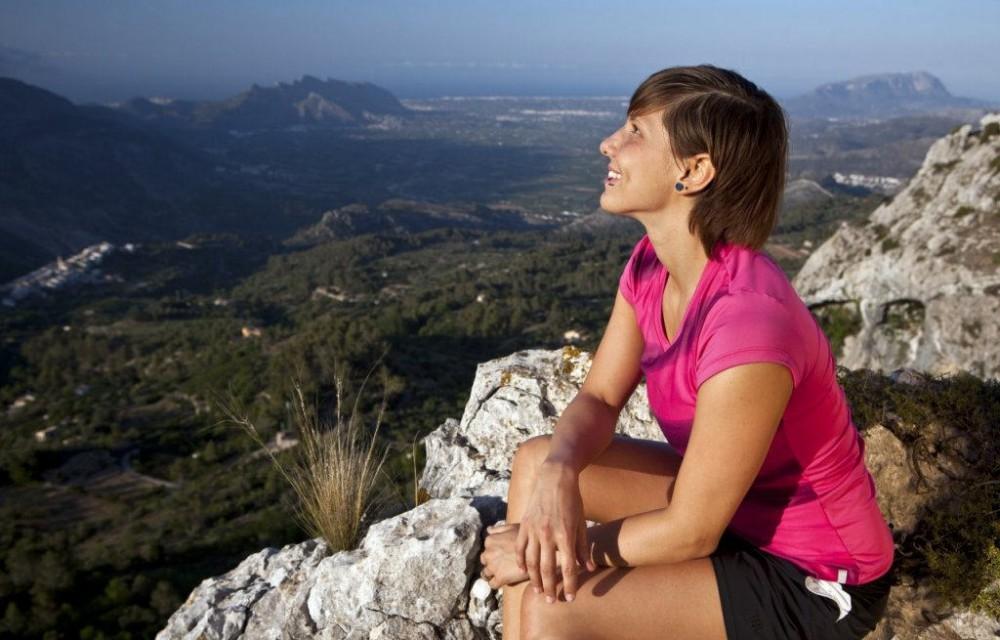 costa blanca senderismo mujer observando el valle