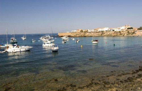 costa blanca tabarca barcos anclados en agua calmada