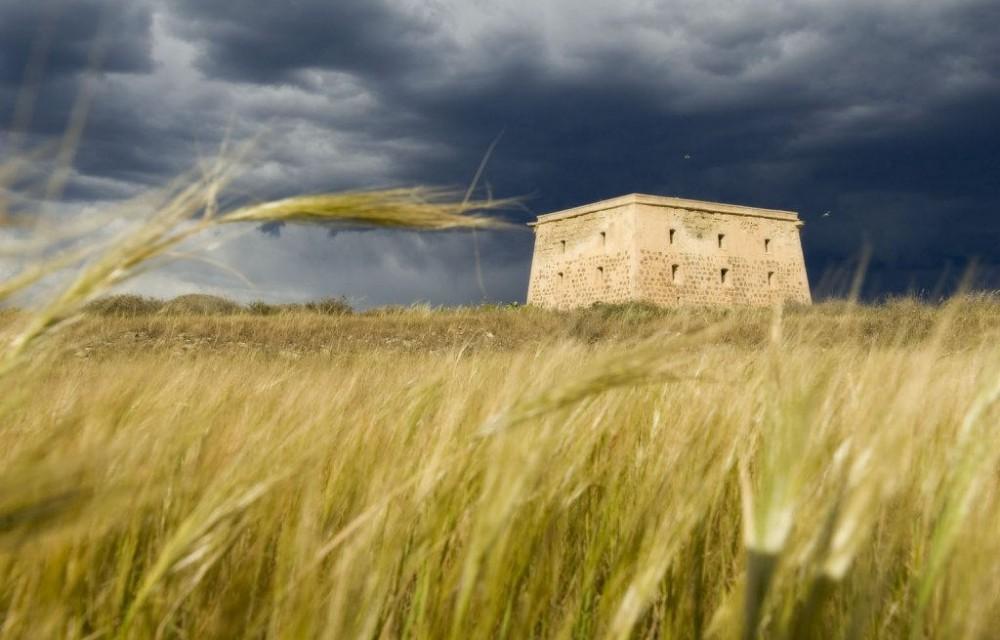 costa blanca tabarca torre de la isla cielo gris